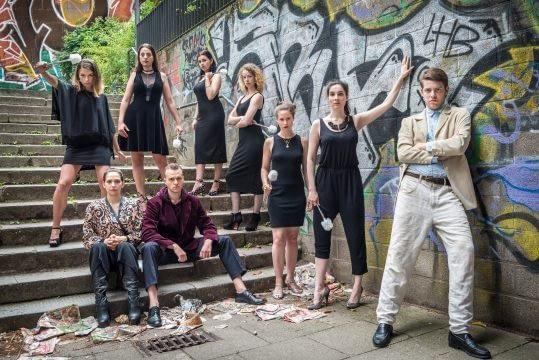 """Räuber_Gruppenfoto_Final_Copyright Steffen Baraniak - Hamburger Schauspiel-Studio Frese, Absolventen 2018, """"Die Räuber""""; Dozent: Dominik Günther"""
